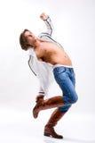 Homme dans la chemise, les jeans et les gaines. Torse dénudé Image stock