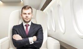 Homme dans la classe d'affaires d'un avion Image stock