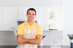 Homme dans la cuisine Photo libre de droits