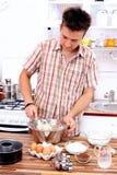 Homme dans la cuisine photos stock