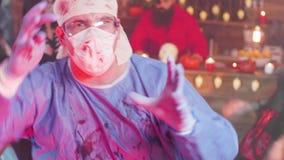 Homme dans la danse folle de costume de docteur à une partie de Halloween banque de vidéos