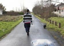 Homme dans la fin des années '20 marchant le sien terrier d'écossais d'animal familier Photos stock
