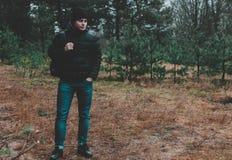 Homme dans la forêt Photo stock