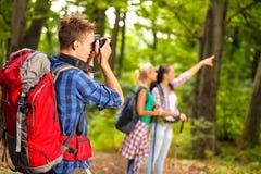 Homme dans la forêt avec l'appareil-photo Photographie stock