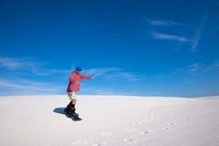 Homme dans la formation colorée de chemise à faire du surf des neiges sur le sable Images stock