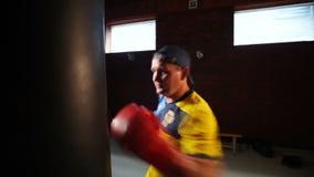 Homme dans la formation de position de boxe L'avenir de la boxe ukrainienne Formation des boxeurs banque de vidéos
