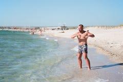 Homme dans la formation sur la plage Photos libres de droits