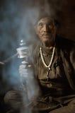 Homme dans la fumée au Népal Photographie stock