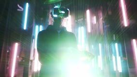 Homme dans la manette de participation de casque de VR dans éclairé à contre-jour clips vidéos