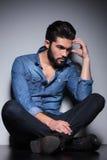 Homme dans la pensée bleue de chemise Image stock