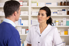 Homme dans la pharmacie américaine Photos stock