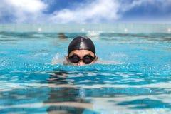 Homme dans la piscine Images libres de droits