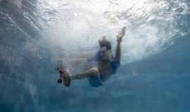 Homme dans la piscine Photos stock