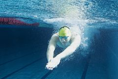 Homme dans la piscine sous-marin Images libres de droits