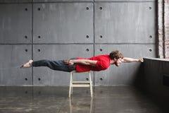 Homme dans la pose de super héros Image stock