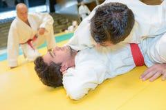 Homme dans la prise de judo photos stock