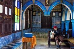 Homme dans la synagogue d'EL Ghriba dans Houmt Souk, Tunisie photo stock