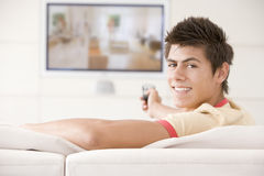 Homme dans la télévision de observation de salle de séjour image stock