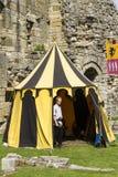Homme dans la tente Affichage médiéval Warkworth, le Northumberland l'angleterre LE R-U photo libre de droits