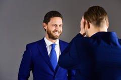 Homme dans la veste écoutant son associé avec le visage de sourire Photos stock