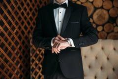 Homme dans la veste bleue avec des montres-bracelet d'usage de boutonniere Concept des bijoux, robe Photographie stock libre de droits