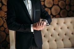 Homme dans la veste bleue avec des montres-bracelet d'usage de boutonniere Concept des bijoux, robe Photographie stock