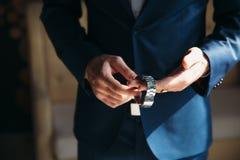 Homme dans la veste bleue avec des montres-bracelet d'usage de boutonniere Concept des bijoux, robe Image stock