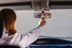 Homme dans la voiture regardant le miroir à l'intérieur Image libre de droits
