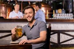 Homme dans le bar de bière. Photos libres de droits