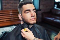 Homme dans le barber& x27 ; boutique de s image stock