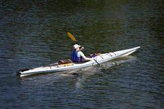 Homme dans le barbotage de kayak. Photos stock