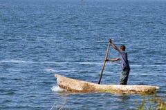 Homme dans le bateau de pêcheur Photos stock
