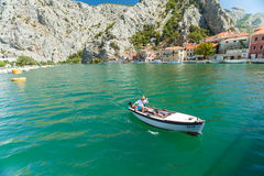 Homme dans le bateau sur la rivière Cetina, Omis, Croatie Images stock