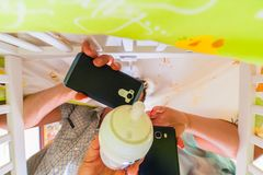 Homme dans le berceau prenant le selfie avec deux téléphones photo stock