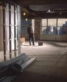 Homme dans le bureau de construction neuve photographie stock libre de droits