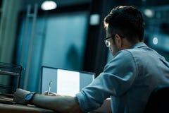 Homme dans le bureau fonctionnant tard photos libres de droits