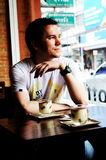 Homme dans le café-restaurant. Images libres de droits