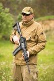 Homme dans le camouflage avec un fusil de chasse Photographie stock