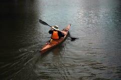 Homme dans le canoë Photo libre de droits
