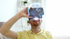 Homme dans le casque de vr avec la projection de la terre à la maison banque de vidéos