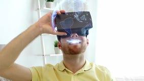 Homme dans le casque de vr avec la projection de la terre à la maison clips vidéos