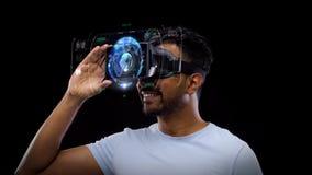 Homme dans le casque de vr avec la projection virtuelle de la terre banque de vidéos