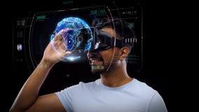 Homme dans le casque de vr avec la projection virtuelle de la terre clips vidéos