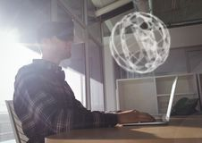Homme dans le casque de VR regardant une interface de la sphère 3D Photos libres de droits