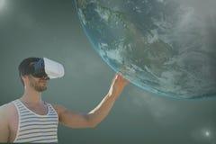 Homme dans le casque de VR touchant la planète 3D sur le fond vert avec des fusées Photos stock