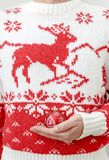 Homme dans le chandail d'hiver tenant des boules de Noël dans des mains Fin vers le haut Image libre de droits