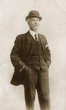 Homme dans le chapeau de procès et de chapeau melon Photos stock