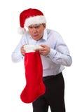 Homme dans le chapeau de Santa étant malade dans le bas Images stock