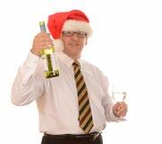 Homme dans le chapeau de Santa avec du vin image stock