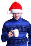 Homme dans le chapeau de Santa avec la cuvette Photos stock